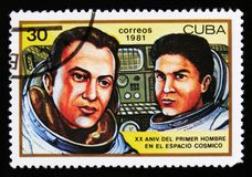 Kubaportostämpeln visar V Ryumen och L Popov uppsättning ett utrymme, 20th årsdag av den 1st mannen i utrymme, circa 1981 Royaltyfri Foto