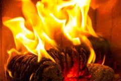 Kubbar för inloggningsbrandbränning i spis Fotografering för Bildbyråer