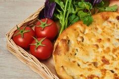 Kubdari ist ein traditioneller georgischer Teller des Fleisch-gefüllten Brotes Lizenzfreies Stockbild