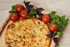 Kubdari ist ein traditioneller georgischer Teller des Fleisch-gefüllten Brotes Stockfotos