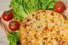 Kubdari ist ein traditioneller georgischer Teller des Fleisch-gefüllten Brotes Lizenzfreie Stockfotografie