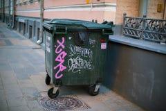 Kubeł na śmieci jest na bruku zdjęcia royalty free