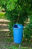 Kubeł na śmieci na ogródzie Obraz Royalty Free