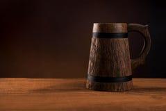 Kubek świeży piwo na drewnianym stole. zdjęcia royalty free