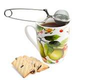Kubek herbata z ciastkami i durszlakiem Obrazy Royalty Free