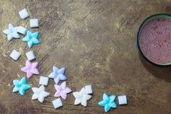 Kubek kakao i cukierki zdjęcia stock
