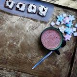 Kubek kakao i cukierki zdjęcia royalty free