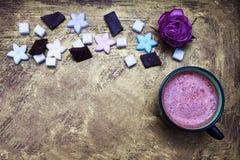 Kubek kakao i cukierki zdjęcie royalty free