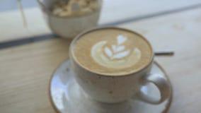 Kubek kawa jest na stole w kawiarni kamera Rusza się Naprzód zbiory wideo