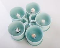 kubek lub handmade zwierzęcy ceramiczny kubek na tle ilustracji