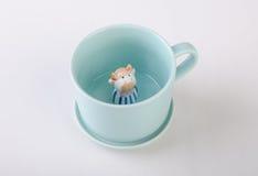 kubek lub handmade zwierzęcy ceramiczny kubek na tle royalty ilustracja