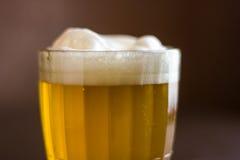 Kubek piwo na drewnianym tle Zdjęcia Royalty Free