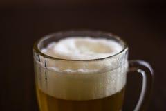 Kubek piwo na drewnianym tle Zdjęcie Royalty Free