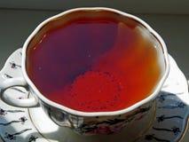 Kubek silna herbata na windowsill zdjęcie royalty free