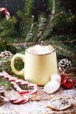 Kubek z gorącej czekolady śnieżnym drewnianym stołem Zdjęcia Stock