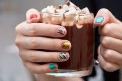 Kubek z kakao i marshmallows w żeńskich rękach obraz stock