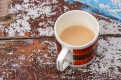 Kubek z kawą i mlekiem na wieśniaka stole Zdjęcia Royalty Free