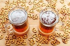 Kubek zimny foamy piwo z niemieckim brezel Zasięrzutny widok Zdjęcie Royalty Free