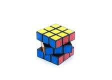 Kuben för Rubik ` s isoleras på vit bakgrund Arkivfoto