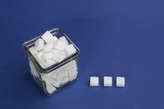 Kuber för vitt socker i en glass bunke Royaltyfri Bild