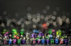Kuber formar den lyckliga födelsedagen för tecknet arkivbild