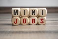 Kuber och t?rning med mini- jobb arkivbild