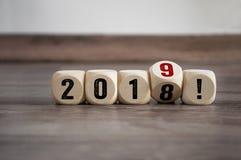 Kuber tärnar med det lyckliga nya året, nya år Eve Greeting Card royaltyfri fotografi