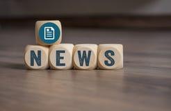 Kuber tärnar med online-nyheternabreaking news royaltyfria foton