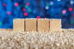 Kuber utan etiketter planlägg ditt naturligt trä som bakgrund är kan det använda julillustrationtemat Arkivbilder