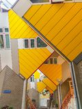Kubhus är en uppsättning av ljus guling metade lägenheter Fotografering för Bildbyråer