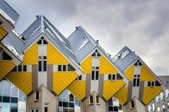 Kubhus i Rotterdam under molnig himmel Royaltyfria Foton