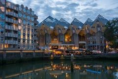 Kubhus i Rotterdam vid natt Fotografering för Bildbyråer