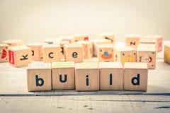 Kubik för ` för ord`-byggande wood på trät royaltyfri bild