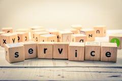 Kubik för ` för ord`-service wood på trät royaltyfria bilder