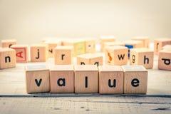 Kubik för ` för ord`-värde wood på trät fotografering för bildbyråer