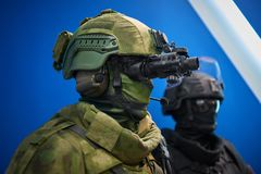 KUBINKA,俄罗斯, 8月 24日2018年:关闭在人时装模特的看法在卡其色的有作战盔甲的伪装军服与路轨 库存照片