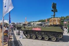 KUBINKA, ROSJA, AUG 24, 2018: Powietrznego napadu pojazdu BMD 4M z fałdowym spadochronowym systemem na wierzchołku Pojazdy wojsk zdjęcia stock