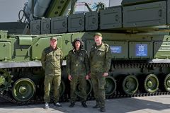 KUBINKA, RUSLAND, AUGUSTUS 24, 2018: Russisch luchtafweerraketsysteem 9K317M buk-M op chassis 9A317M met zijn bemanning Moderne R royalty-vrije stock fotografie