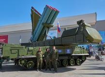 KUBINKA, RUSLAND, AUGUSTUS 24, 2018: Russisch luchtafweerraketsysteem 9K317M buk-M op chassis 9A317M met zijn bemanning Moderne R stock foto's