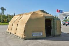 KUBINKA RYSSLAND, AUGUSTI 24 2018: Militärt fältsjukhus för liten special mobil uppblåsbar med ballongdörren Equipm för militär m arkivfoto