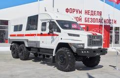 KUBINKA RYSSLAND, AUGUSTI 24 2018: Sikt på den ryska speciala ambulanslastbilen på URAL-plattformen för läkareavsikter Ambulans k arkivbilder