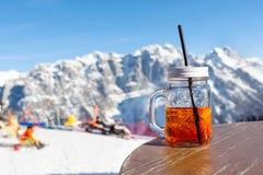 Kubka aperol stojaki na stole uliczna kawiarnia na skłonie ośrodek narciarski obraz stock