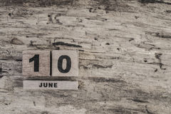 Kubkalender för juni på träbakgrund Royaltyfria Foton