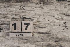 Kubkalender för juni på träbakgrund Royaltyfria Bilder
