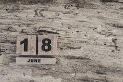 Kubkalender för juni på träbakgrund Arkivbilder