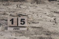 Kubkalender för juni på träbakgrund Royaltyfri Fotografi