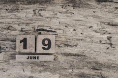 Kubkalender för juni på träbakgrund Arkivfoton