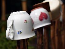 Kubki na Drewnianym ogrodzeniu Zdjęcie Royalty Free