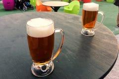 Kubki piwo na stole obraz royalty free
