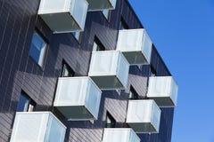 Kubus gevormde balkons met wit glastraliewerk Stock Afbeelding